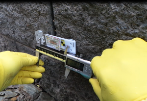 Precise monitoring crack over reference points